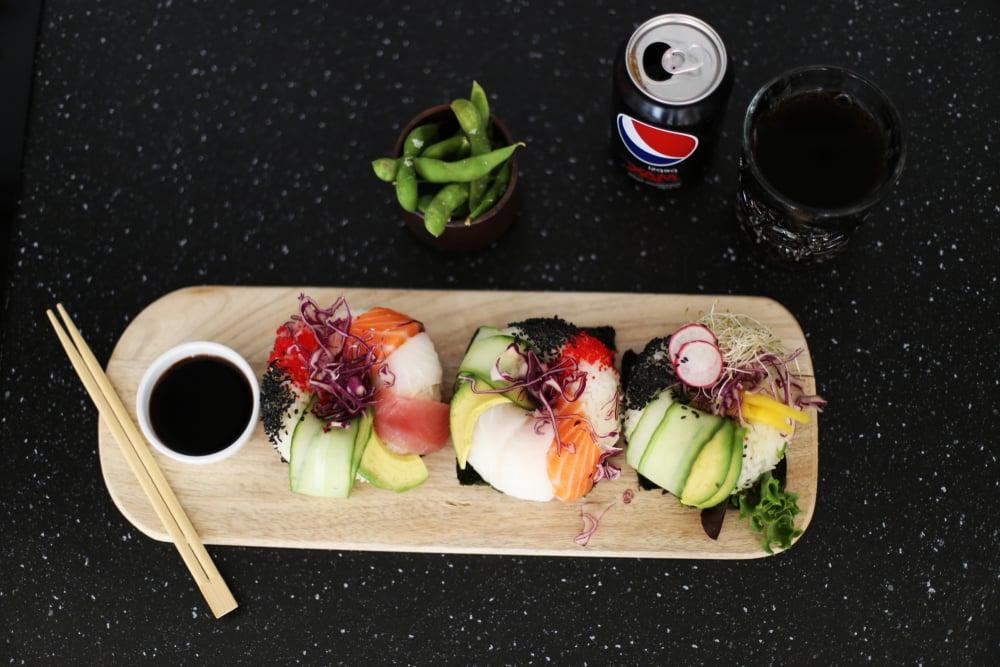 Sushi Donuts servieren