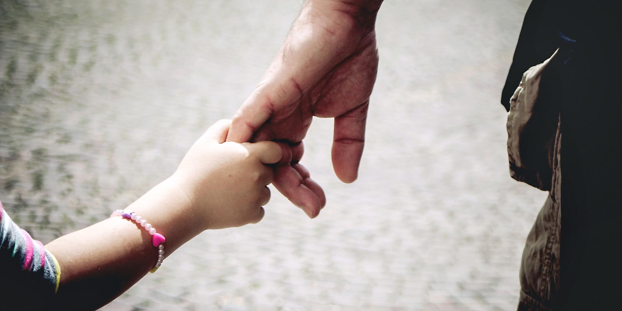 Vatertag Bilder: Halten Sie die unbedingteVater-Kinder-Liebe auf Papier mit der Kamera fest.