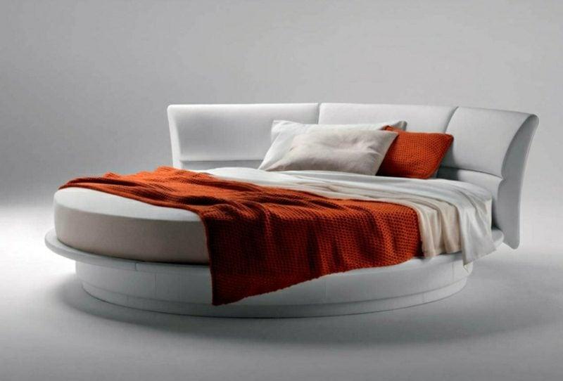 rundes Bett in Weiss gepolstert bequem