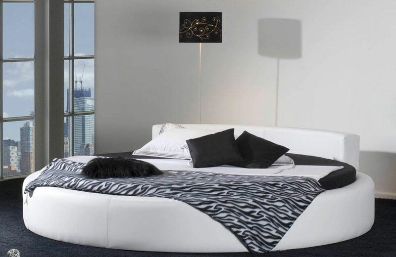 rundes Bett klassischer Look schwarz und weiss