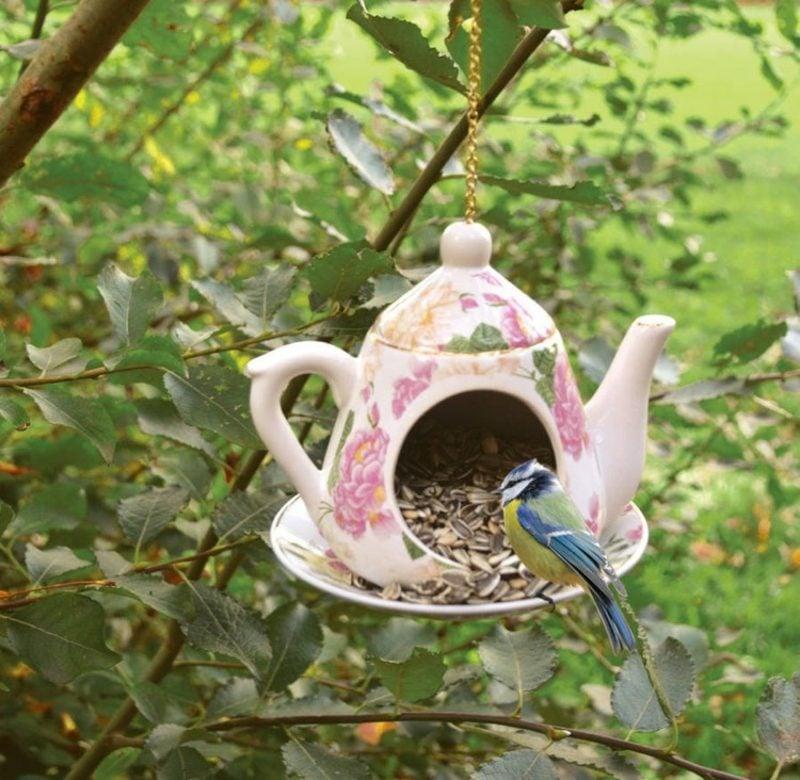 Ausgefallene Gartendeko selber machen Teekanne Vogelfutter