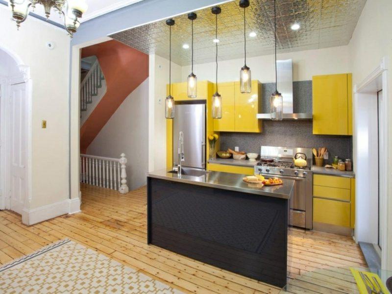 kleine Küchen einrichten Akzente in Gelb originelle Lampen
