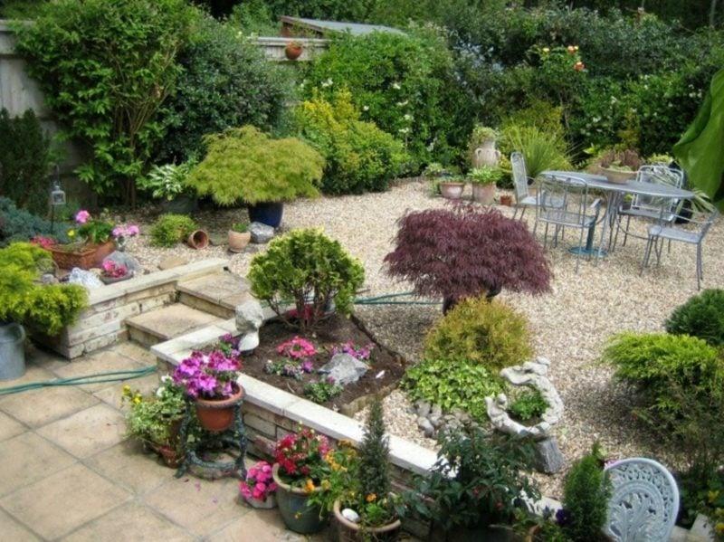 Gestaltung kleiner Garten Kieselsteine Sitzecke