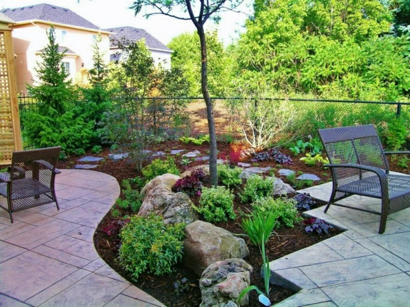 Gestaltung kleiner Garten Sitzecke Blumenbeete Steinfliesen