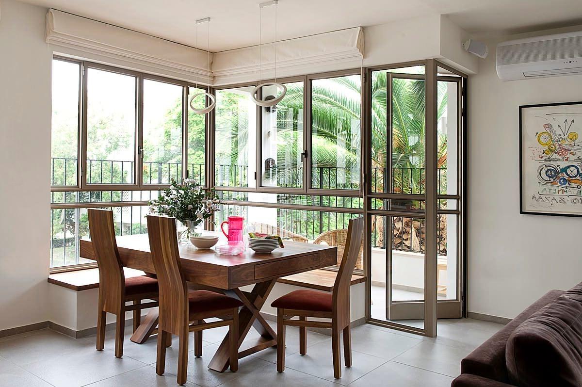 Eine Sitzecke unter dem Fenster - schön, edel und elegant