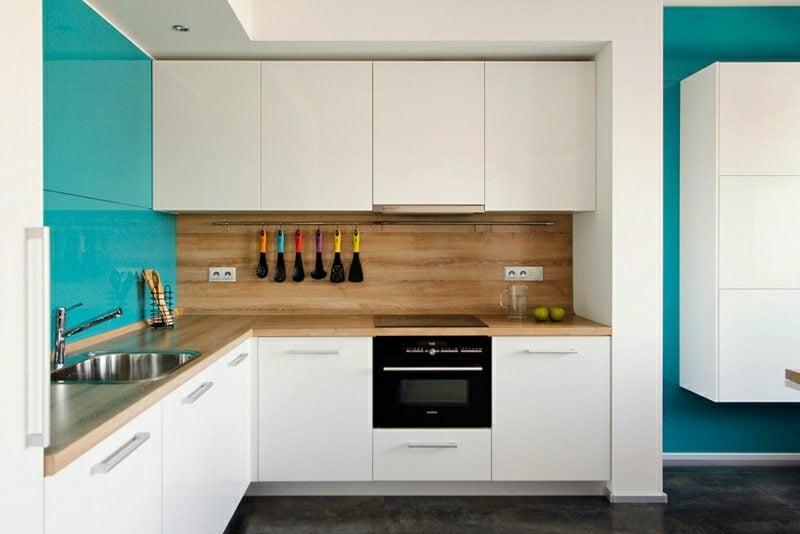 kleine Küchen einrichten weisse Fronten Spritzschutz Holz