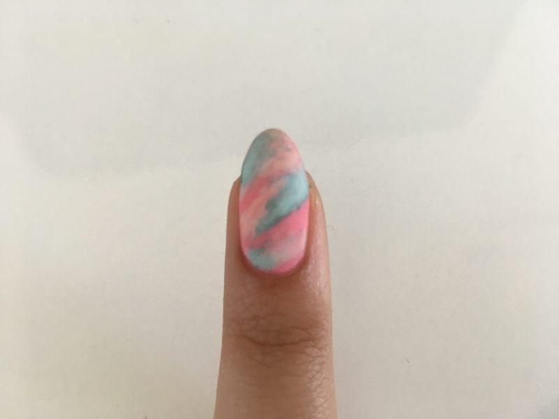 """Das Nageldesign Glitzer ist passe, der Trend heißt """"Water Marble"""" Fingernägel Design"""
