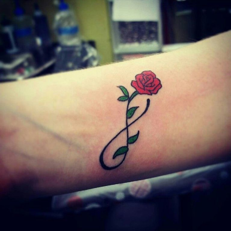 Das Zeichen für Unendlichkeit sieht perfekt in Kombination mit einer roten Rose als kleine Tattoos aus