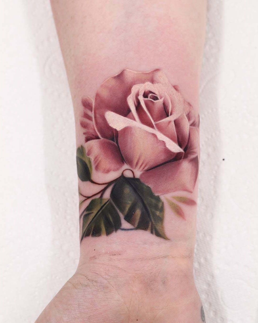 Ein rosafarbenes Rosen Tattoo für den Unterarm