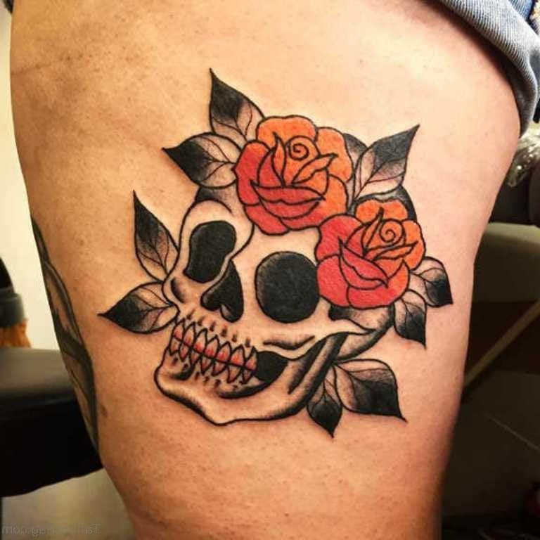 Schöne Ideen für Totenkopf mit Rosen Tattoo