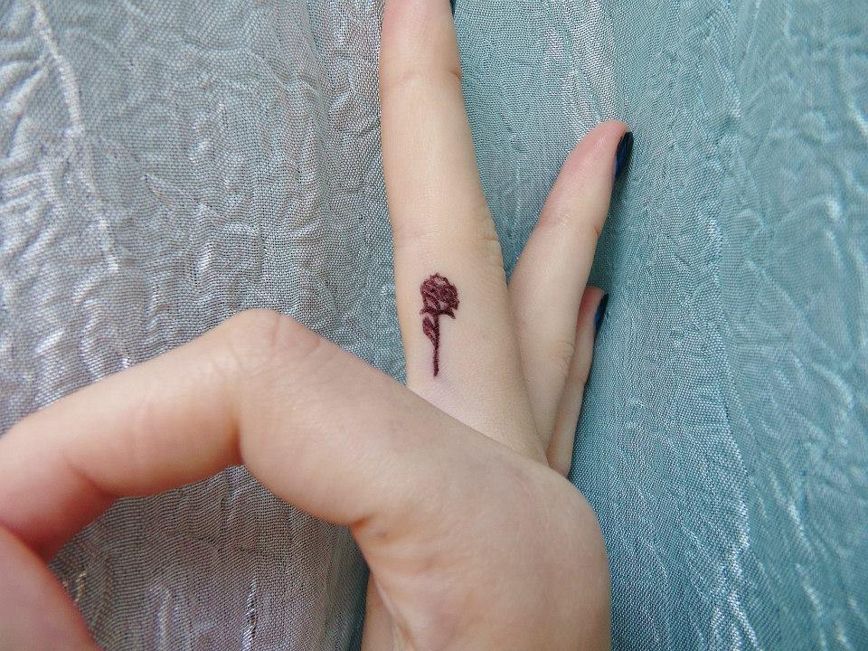 Kleine Rosen Tattoo für Ihren Finger