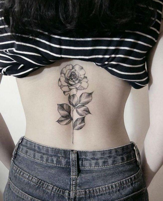 Ein feminines Rosen Tattoo