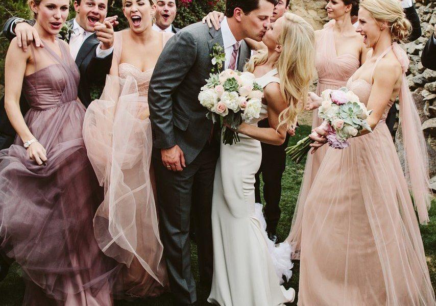 Am Hochzeitstag sind die Trauzeugen das zweitwichtigste Paar gleich neben dem Brautpaar, sodass sie auf ihr Outfit sehr viel Wert legen müssen.