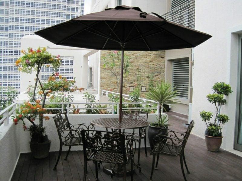 Balkongestaltung mit Pflanzen Sichtschutz Sonnenschirm