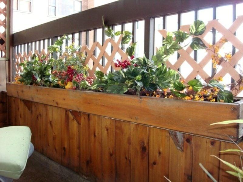 Balkongestaltung mit Pflanzen Holz