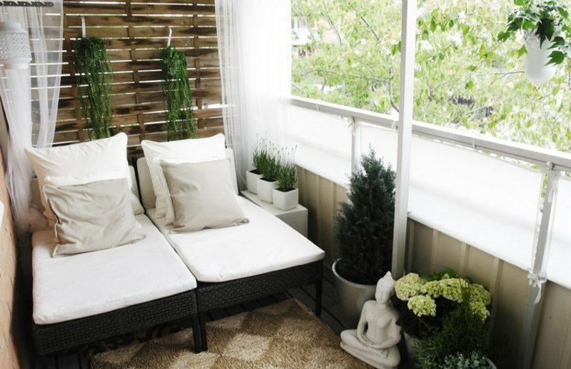 Balkongestaltung mit Pflanzen neutrele farben