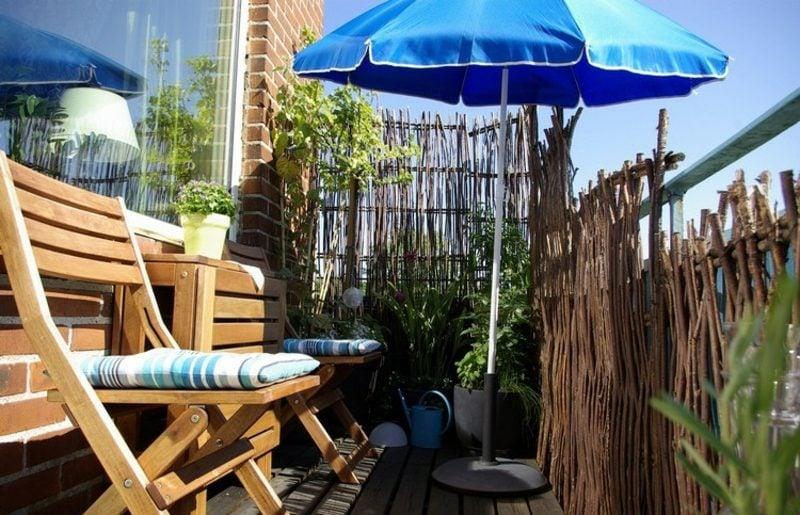 Balkongestaltung mit Pflanzen Sitzecke einladend