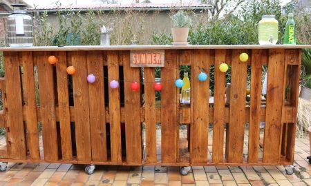 Was bei so viel Sonne und der verbundenen Zeit im Garten unseres Erachtens nicht fehlen darf, ist der Szene Hotspot im eigenen Garten - einen Garten Bar aus Paletten!