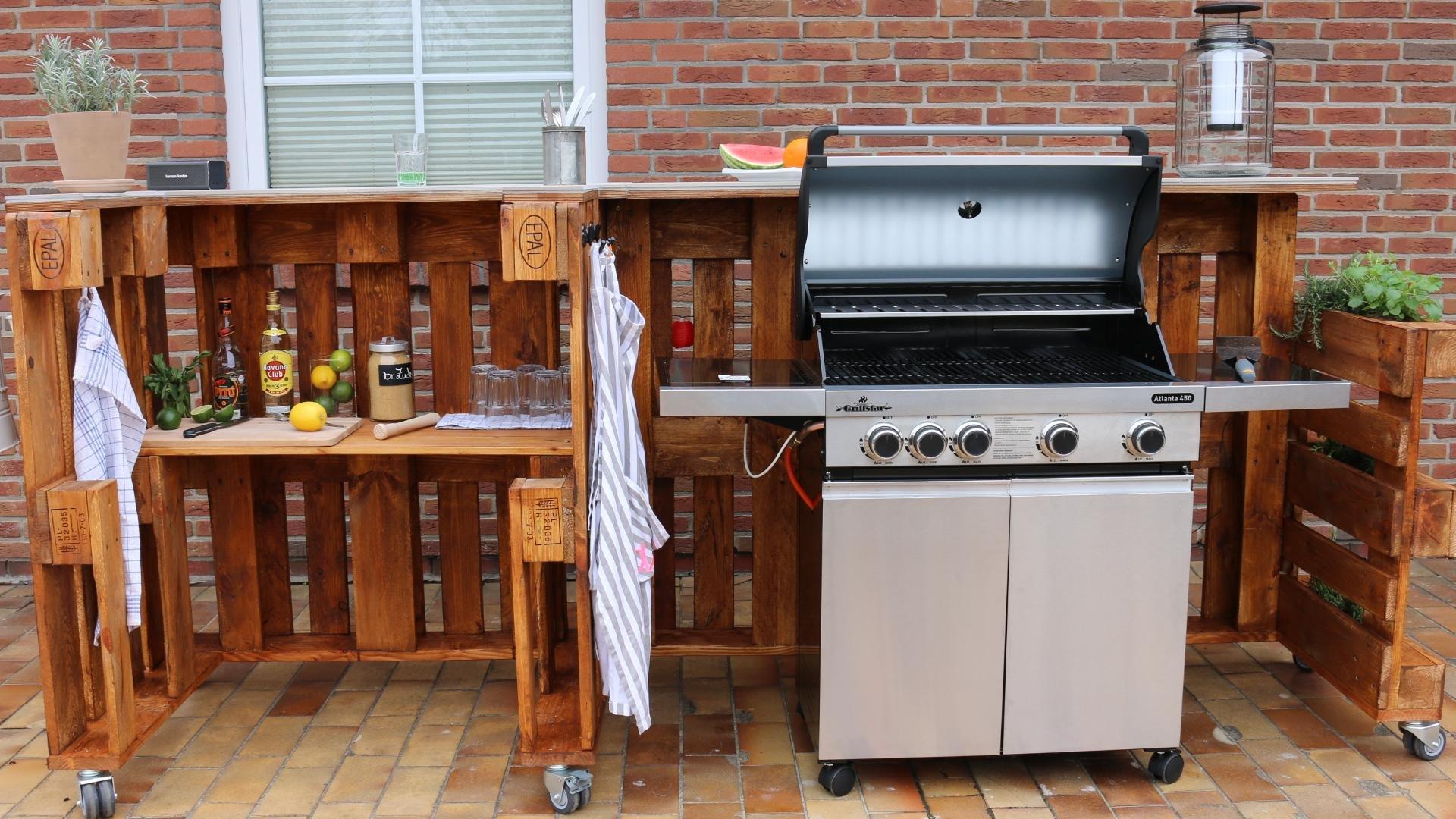 Grillen im Sommer: DIY Grilltisch und Bar aus Paletten