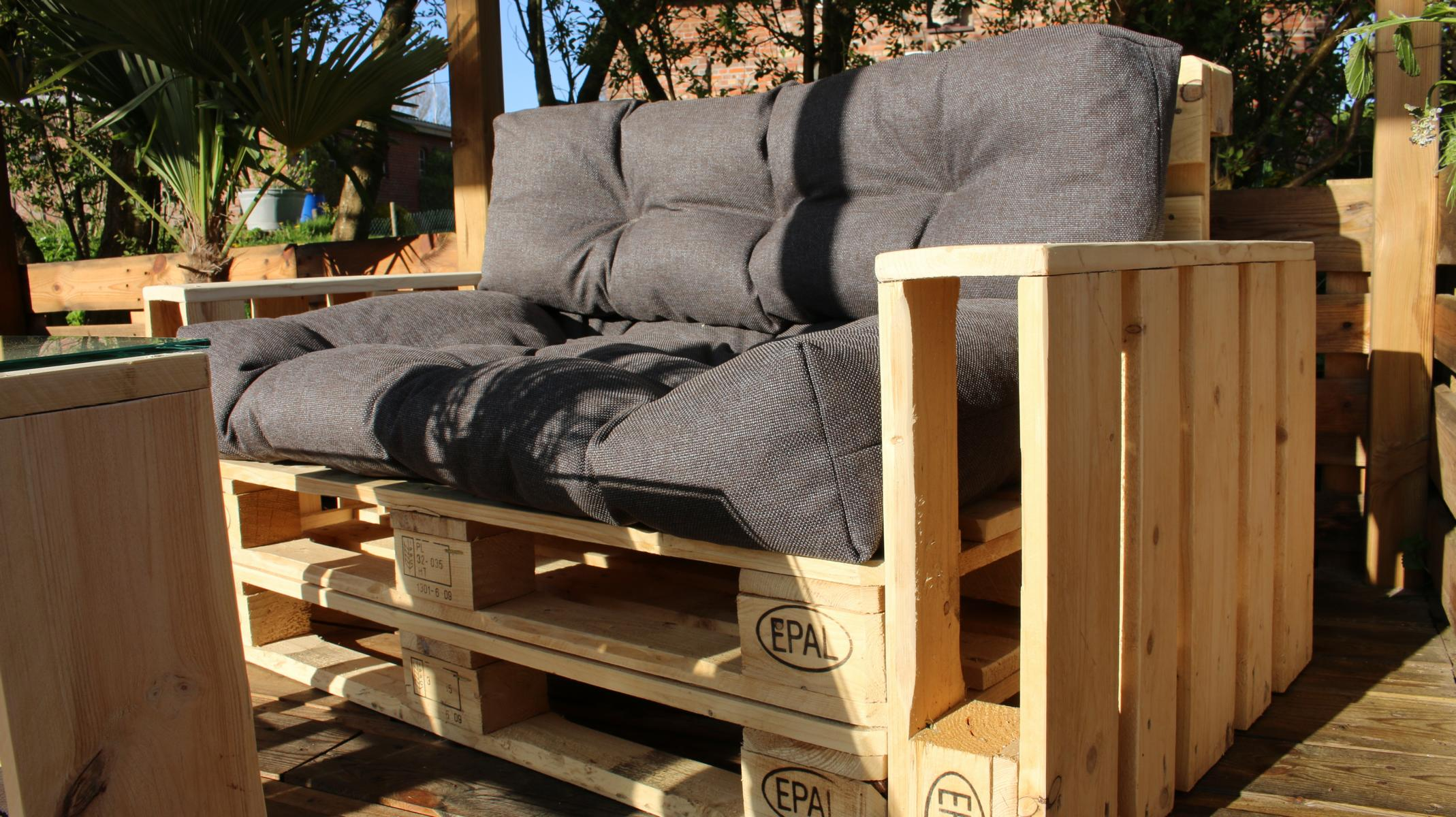 lounge aus paletten mit palettenkissen palettenm bel diy garten zenideen. Black Bedroom Furniture Sets. Home Design Ideas