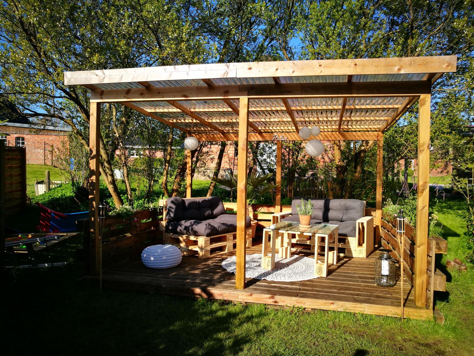 Lounge aus Paletten mit Palettenkissen - Palettenmöbel DIY - Garten ...