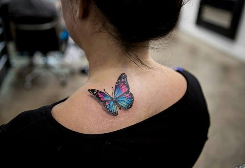 Aquarell Tattoo Schmetterling am Schulter