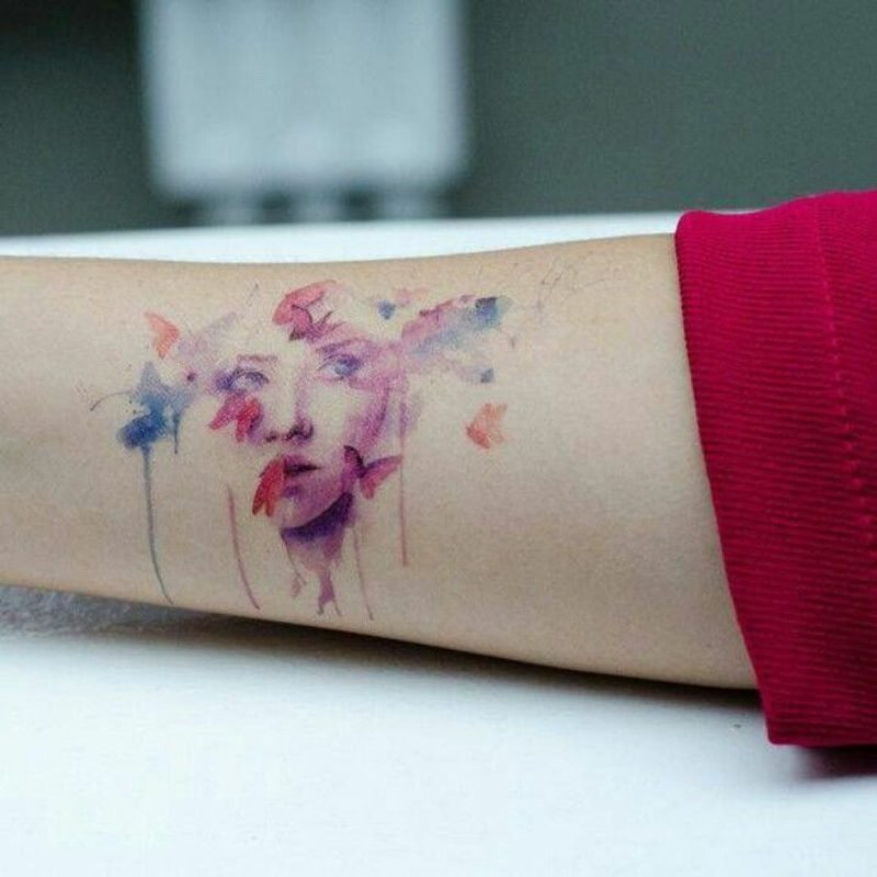 Aquarell Tattoo Schmetterling Frauengesicht Arm zart elegant