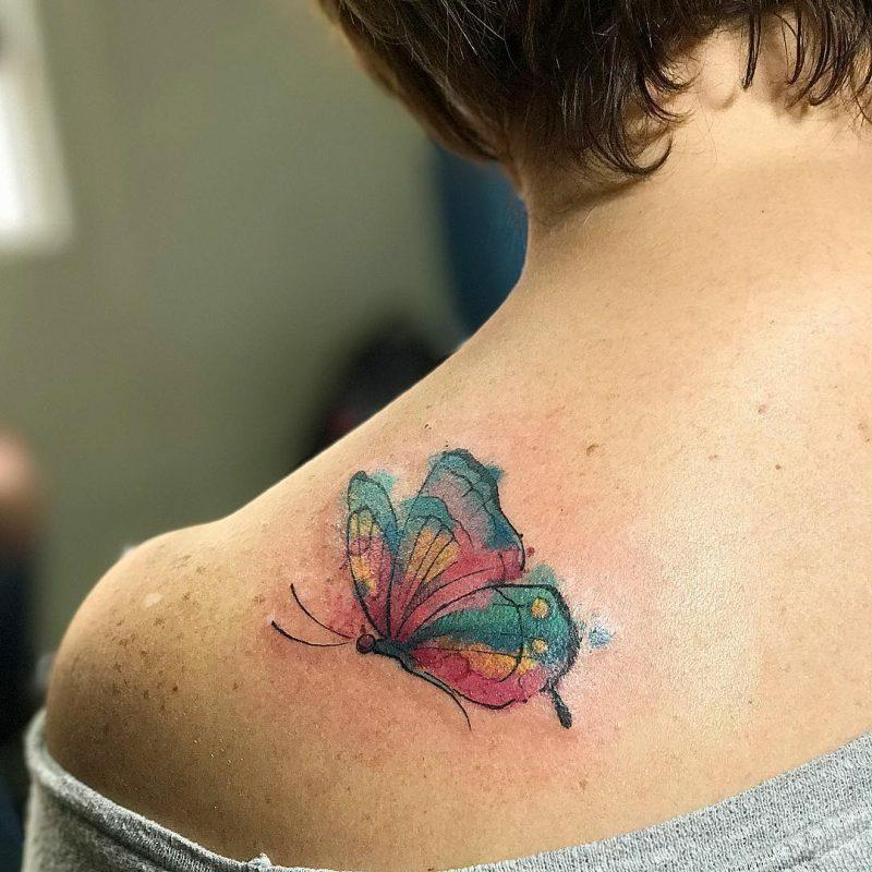 Aquarell Tattoo Schmetterling Schulter Farbenspiel originell