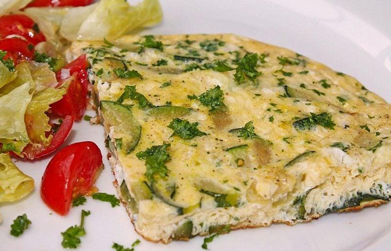 schnelle Rezepte ohne Kohlenhydrate Omelett mit Zucchini gesund lecker