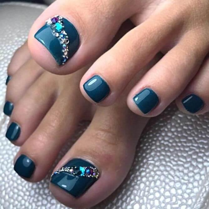Fußnägel Lackieren: in Petrol Farbe den Fußnägel lackieren