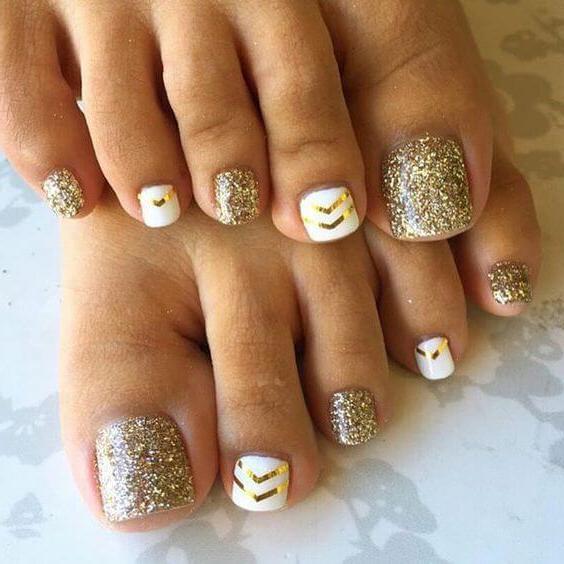 Fußnägel Lackieren: Weiß und goldene Glitzer