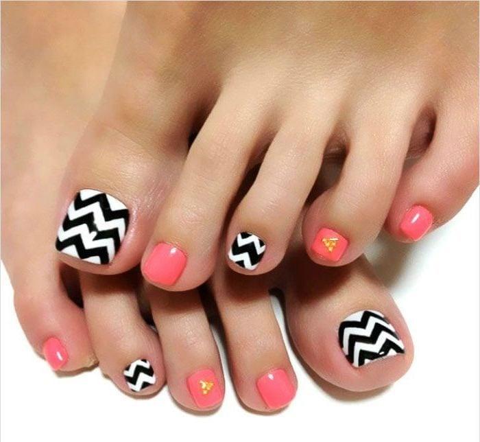 Fußnägel Lackieren: Ein gestreiftes Design für den Sommer