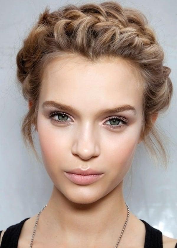 Die ganzen Haare flechten: Flechtkranz für schulterlange Haare