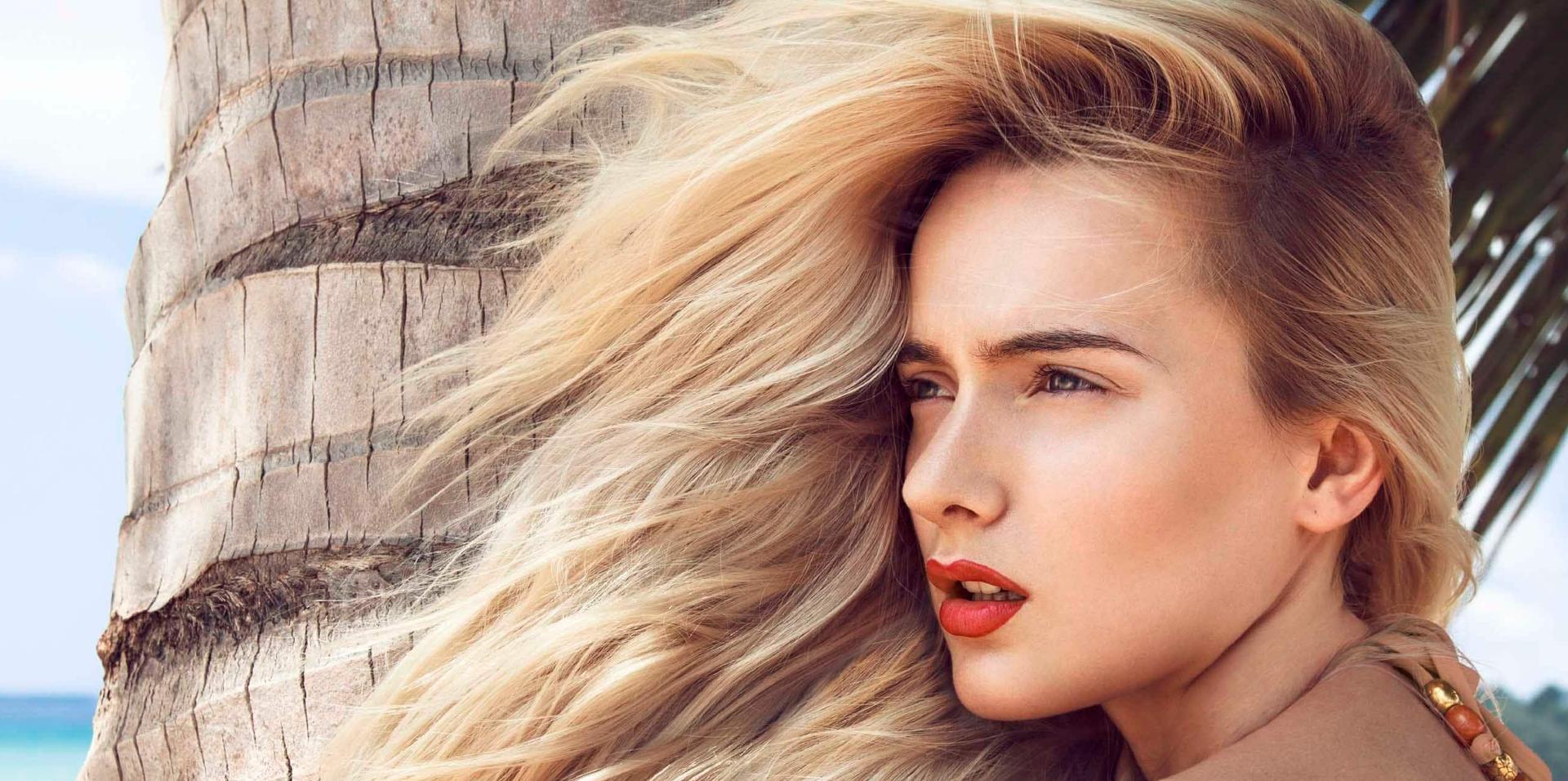 Wir verraten Ihnen das Geheimnis hinter der gepflegt aussehenden Haare und die Schritten der richtigen Haarpflege, um eine makellose Mähne am Strand zu wehen.