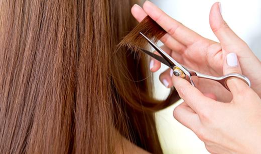 Richtige Haarpflege für den Sommer: Haare schneiden