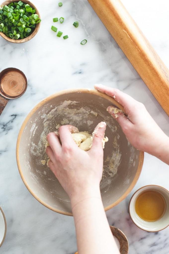 Köstliche Low Carb Rezepte mit Kichererbsenmehl: einen Teig mit Kichererbsenmehl kneten