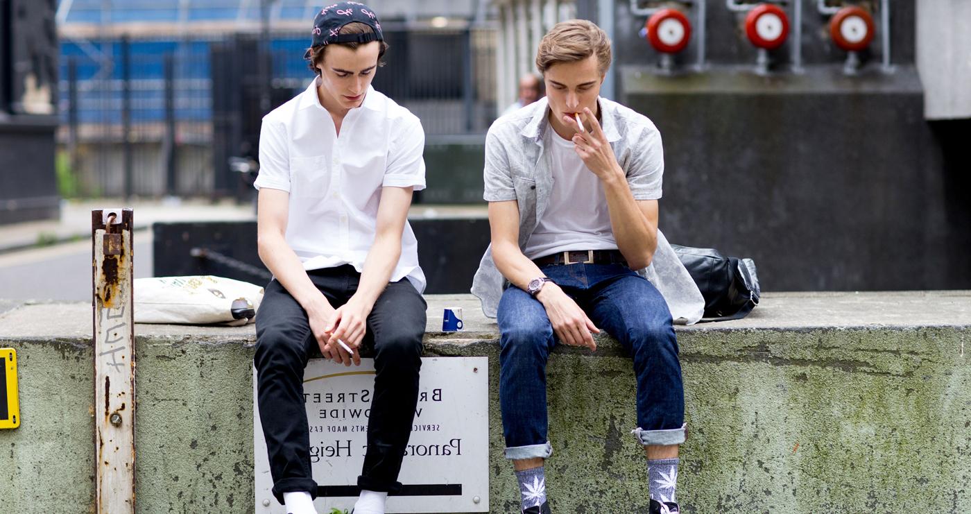 Weiße T-Shirts und Hemd mit jeans