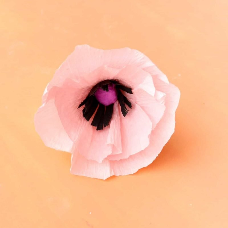 Tipps für Papierblumen basteln: Sprühen Sie die Blüte mit Parfüm, damit sie immer mehr echt aussieht.