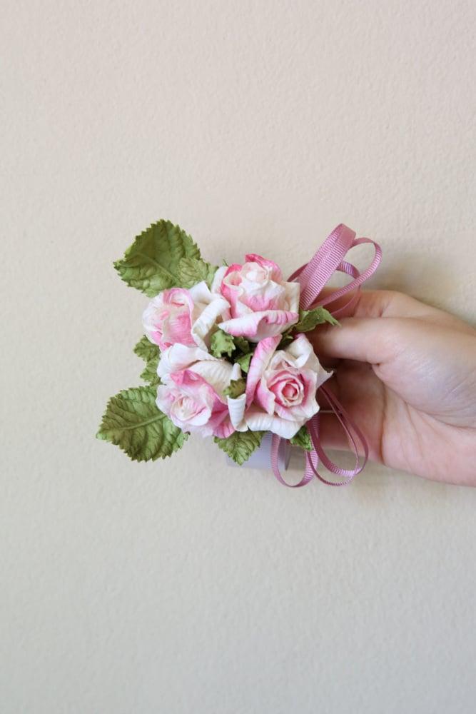 Band mit Blumen aus Papier basteln