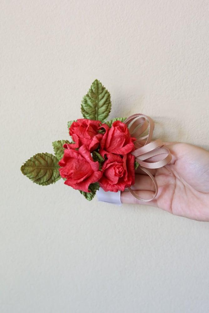 Einfache Bastelanleitungen für fulminante Bänder aus Blumen aus Krepppapier in unterschiedlichen Farben