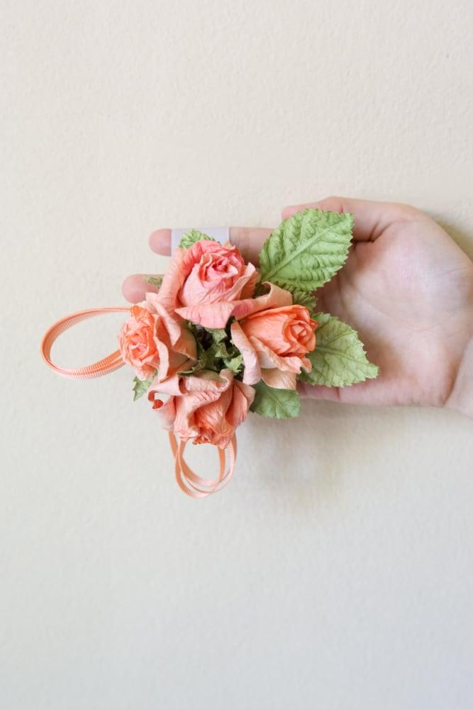 Einfache Bastelanleitungen für fulminante Bänder aus Blumen aus Krepppapier