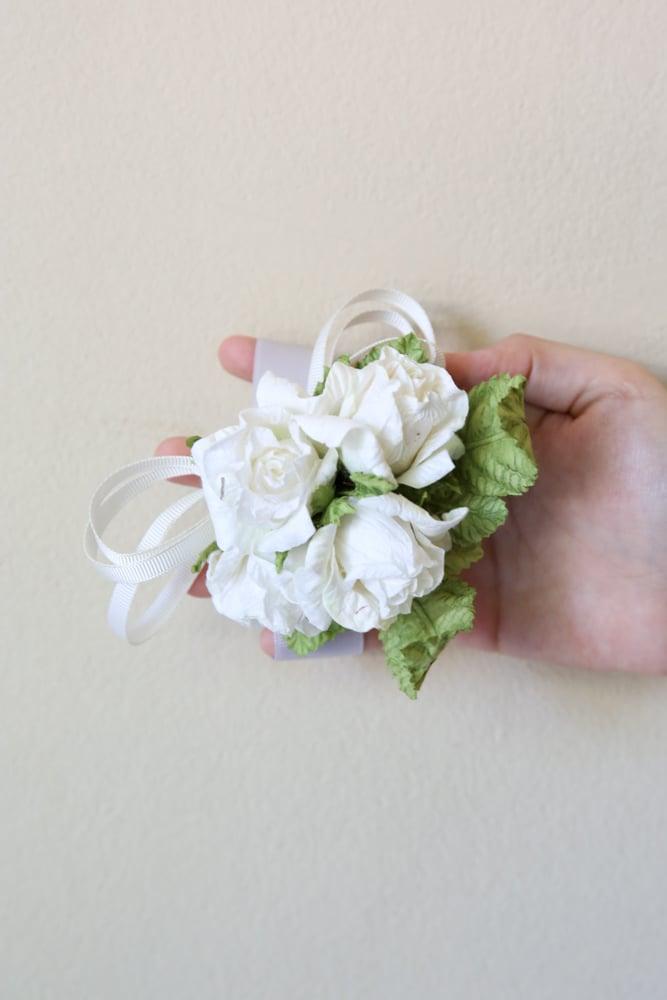 Einfache Bastelanleitungen für fulminante Bänder aus Blumen aus Krepppapier für den Abschlussball