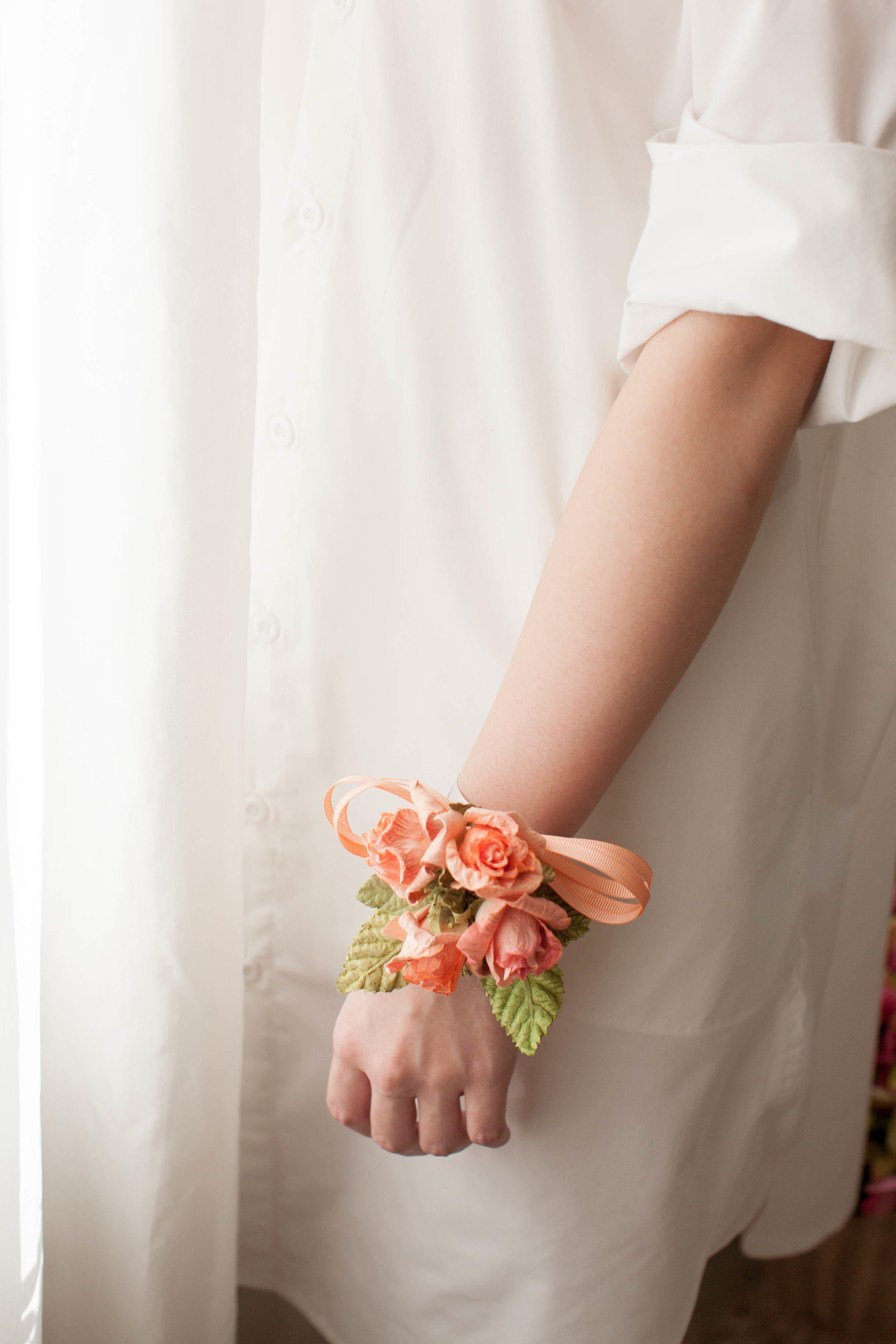 Wunderschöne Bänder aus Blumen aus Krepppapier basteln
