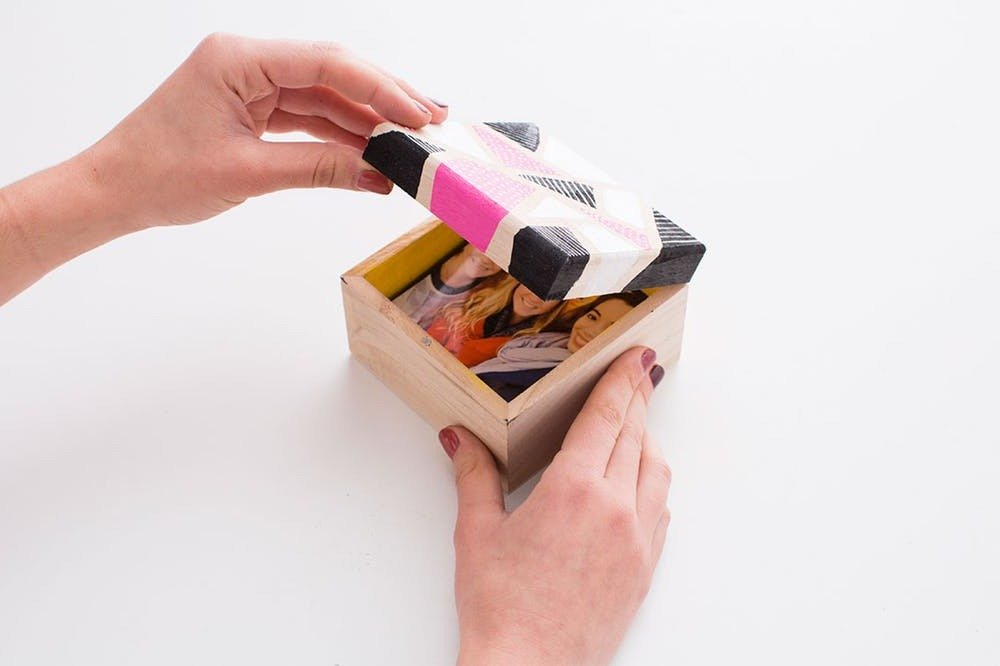 Foto Schachtel basteln: Verzieren Sie den Deckel der Schachtel mit Papier oder färben Sie ihn bunt, um ihm noch wunderschöneren Look zu verleihen!