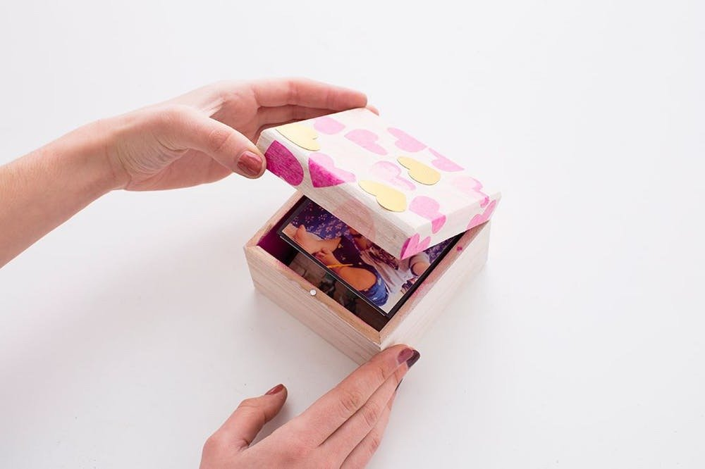 Foto Box mit Deckel falten: Schnecken Sie ein Geschenk, das die aus Ihrem ganzen Herzen Liebe darstellt.