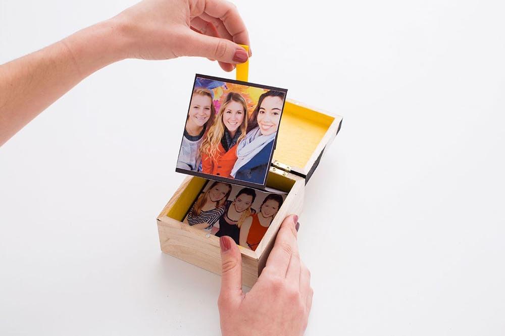 Foto Schachtel Basteln: Erinnerungen von 1001 Nacht mit besten Freunden gesammelt in einer kleinen Schachtel