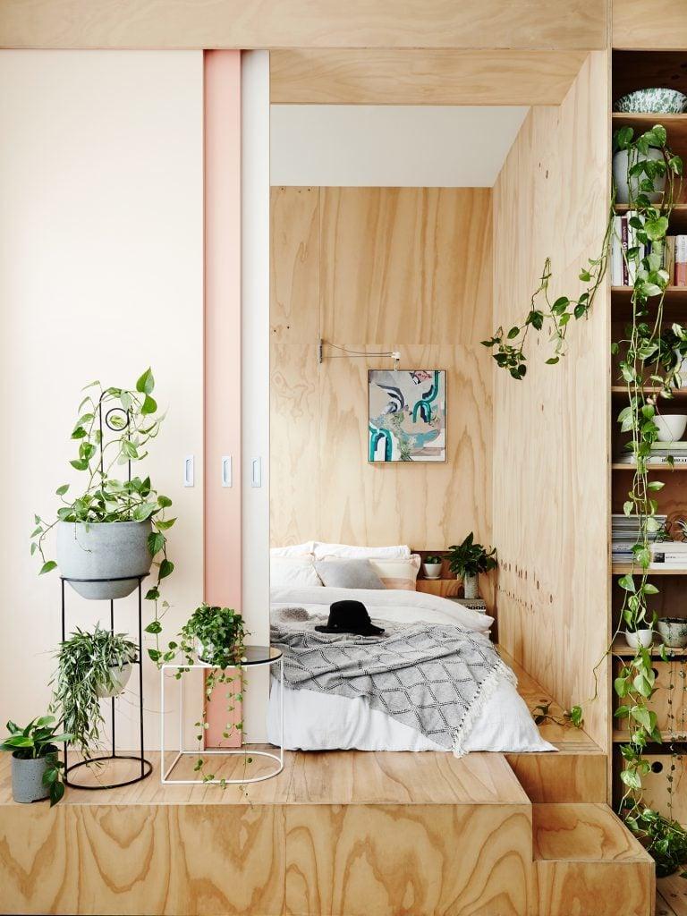 Moderne Schlafzimmer sind mit natürlicher Ausstrahlung