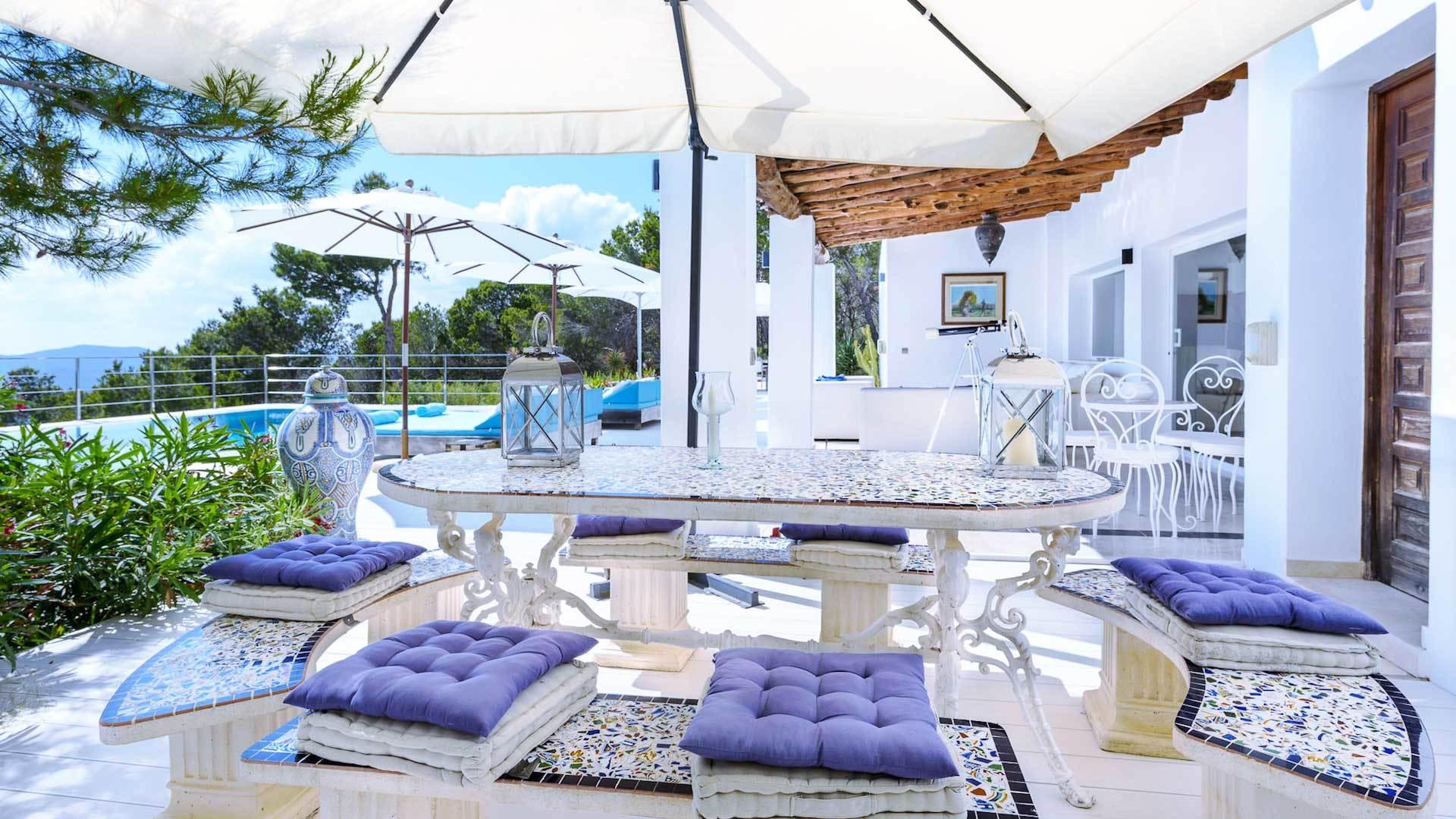 Terrasse gestalten: Welche mediterranen Möbel und Accessoires passen dazu?