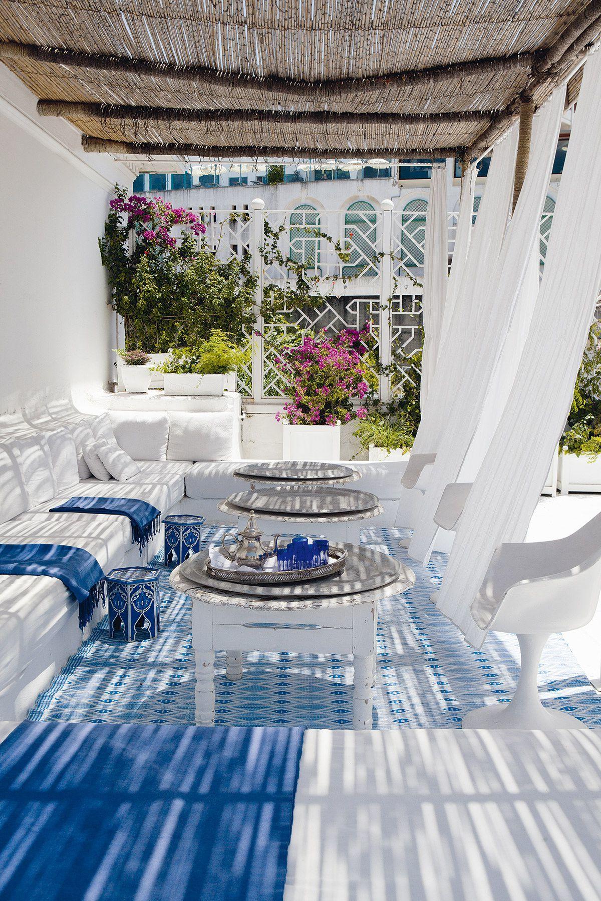 Terrassengestaltung mediterran: Die beliebten Farben sind Weiß und Blau