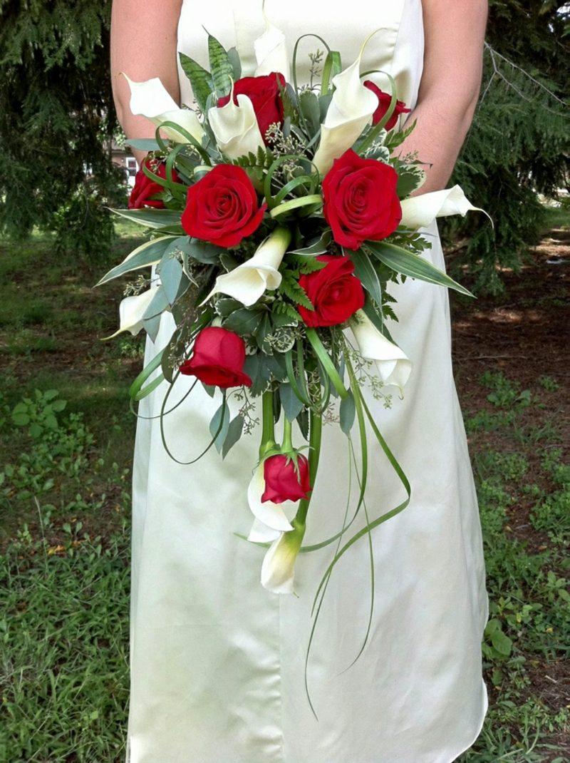 Brautstrauβ Wasserfall Callas und rote Rosen